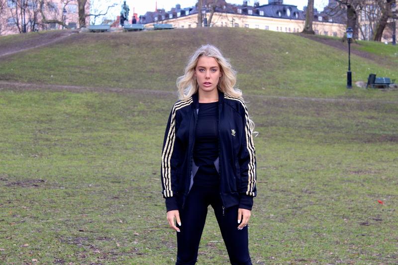 jamie sallmen i svart adidas träningskläder